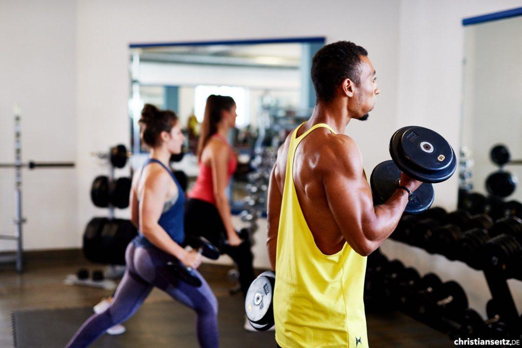 Kurzhanteltraining - Frau - Mann - Muskeln - Athletik Training